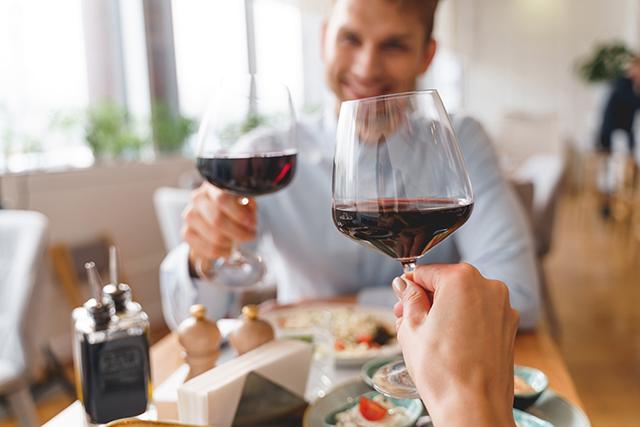 赤ワインを楽しむドイツの人々