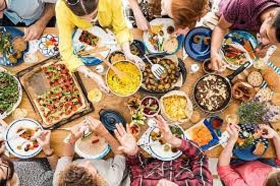 地元で獲れた食材の地産地消を楽しむ人々