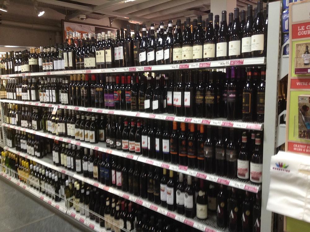 スイスのスーパーマーケットで売られているたくさんの種類のスイスワイン