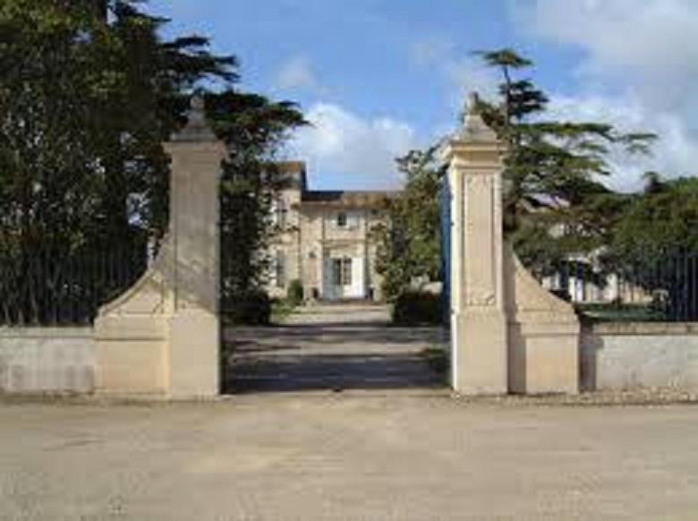 ボルドーのブルジョワ的 貴族的なイメージががあるワイナリーの建物