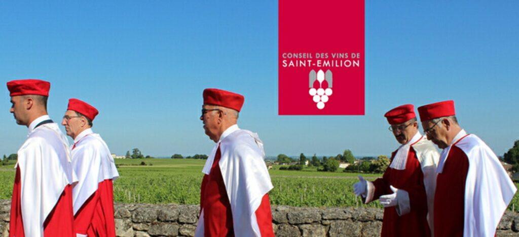 サン・テミリオン地区のを歩くワイン騎士団のメンバー