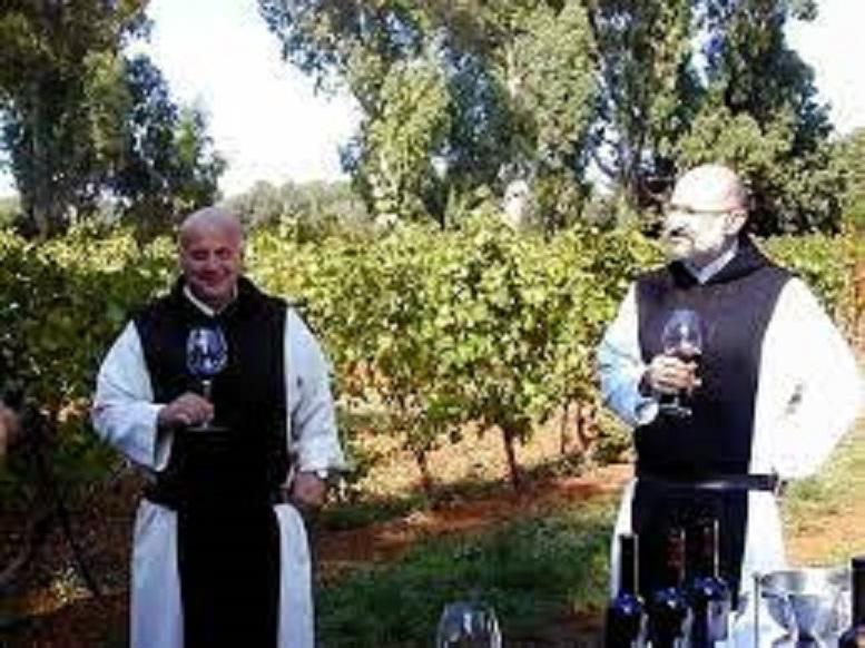 ワイン造りをする修道士たち